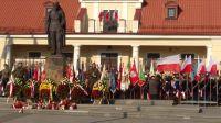 7.Składanie_wieńców_i_kwiatów_pod_pomnikiem_Marszałka_Piłsudskiego